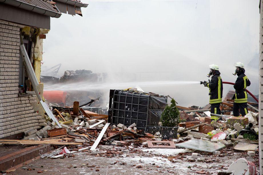 NRW: Heftige Explosion zerstört Haus in Bad Holzhausen ...