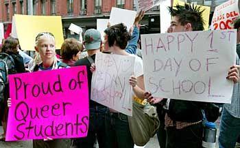 Viel Aufregung um eine kleine Schule: Demonstranten vor der Harvey Milk School