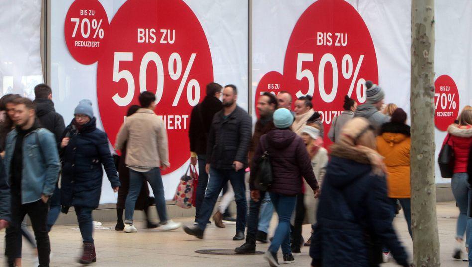 Einkaufsstraße in Frankfurt am Main (Archivbild): Sinken die Preise wirklich?