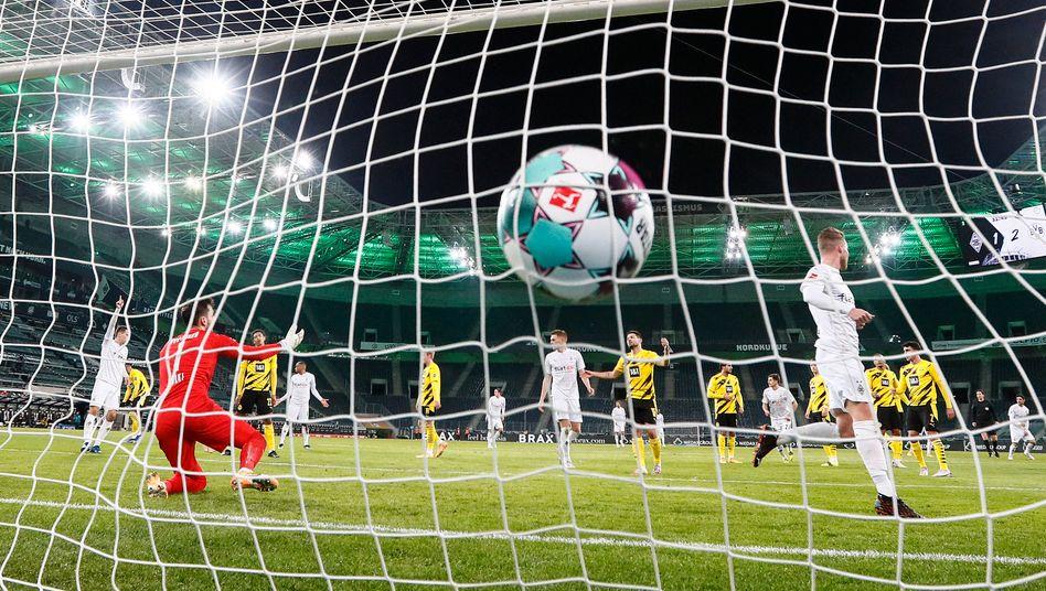 Dortmunds Spieler lamentieren nach dem Tor von Nico Elvedi, verteidigen wäre besser gewesen