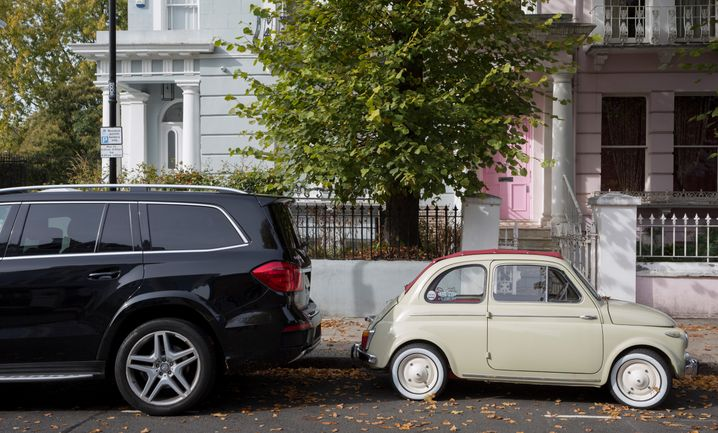Kein Platz da: Mercedes-SUV neben Fiat 500