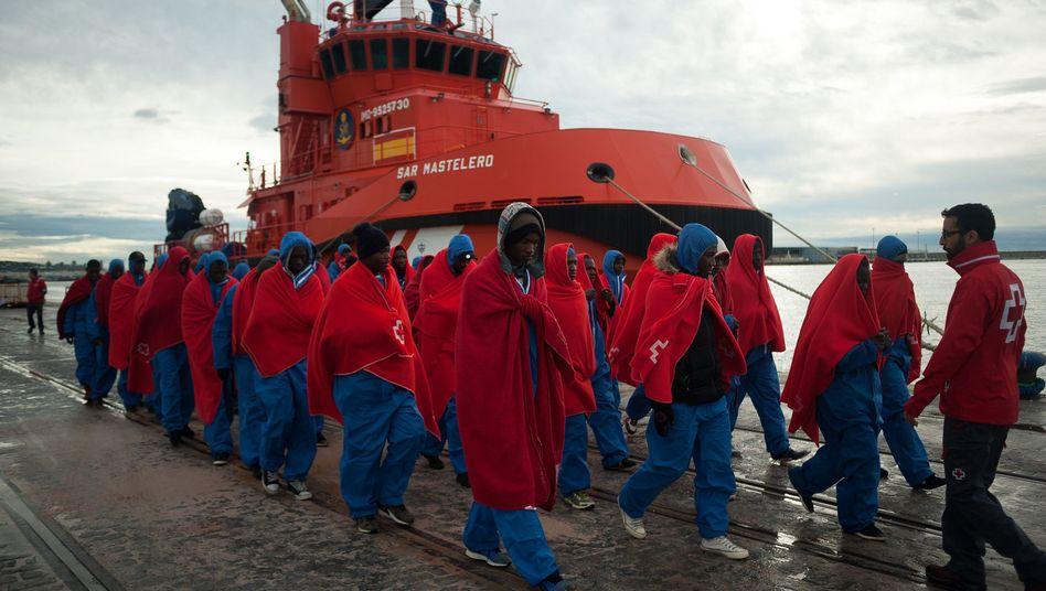 """Flüchtlinge gehen am Hafen von Malaga von Bord des Rettungsschiffes """"Mastelero"""""""
