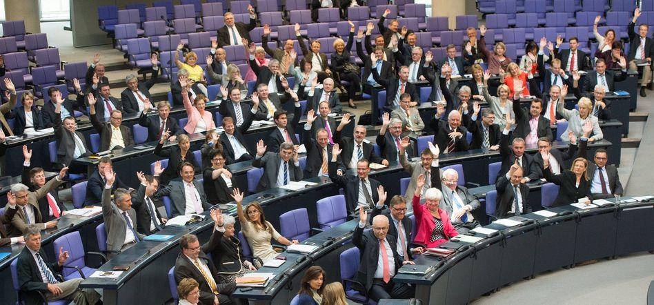 Abgeordnete im Parlament: Mammutgesetz passiert den Bundestag
