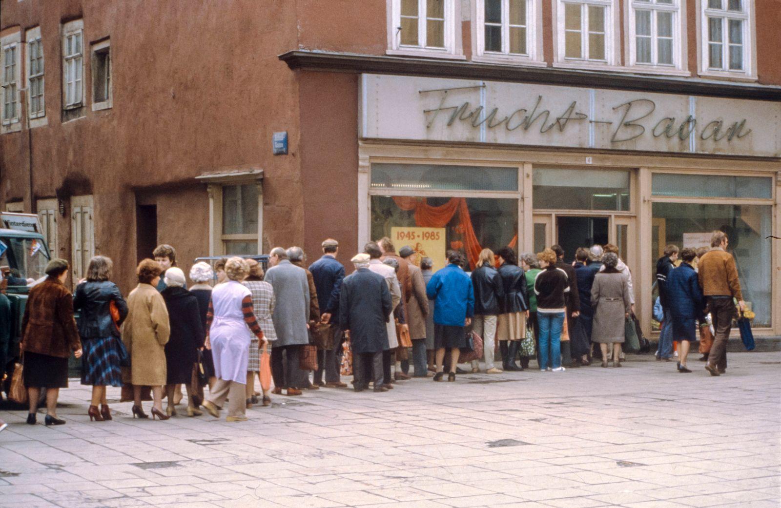 Warteschlange vor dem Lebensmittelgesch?ft Frucht-Basar am Fischmarkt, Erfurt in Th¸ringen zur Zeit der DDR Deutsche Dem