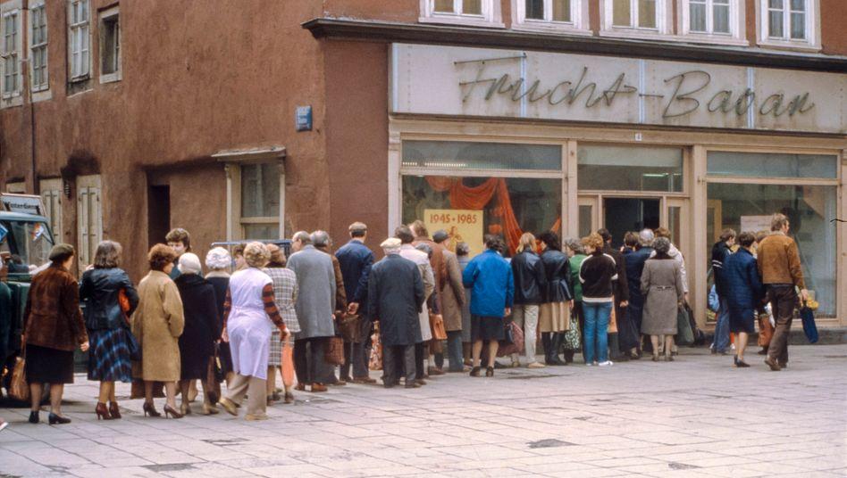 Schlangestehen vor einem Lebensmittelladen in Erfurt 1985: »Viele Menschen, die nicht gerade in einem sozialistischen Land wie der DDR sozialisiert worden sind, müssen solche Skills erst lernen«