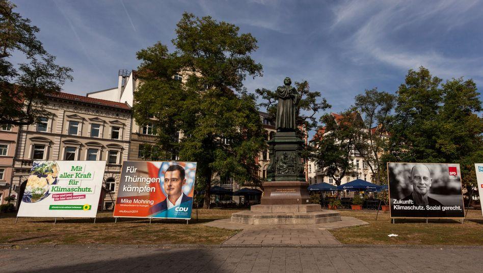 Lutherdenkmal in Eisenach zwischen Wahlkampfplakaten: Rot-rot-grünes Bündnis in Bedrängnis