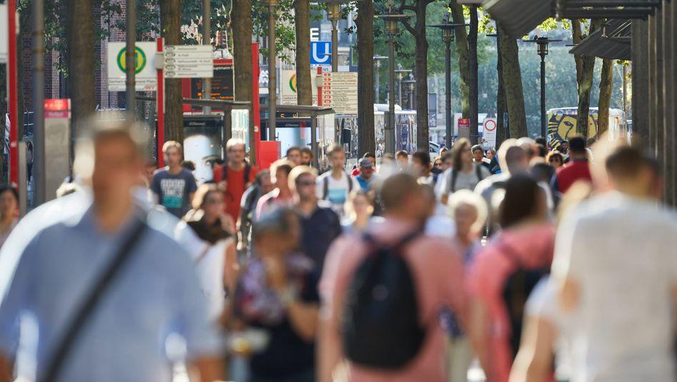 Passanten auf der Mönckebergstraße in der Hamburger Innenstadt (Archivbild)