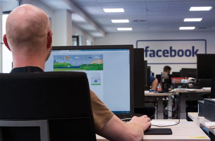 Als die Presse kommt, können die Mitarbeiter nur auf Facebook-Hilfeseiten starren - die Journalisten dürfen nicht bei der eigentlichen Arbeit zuschauen
