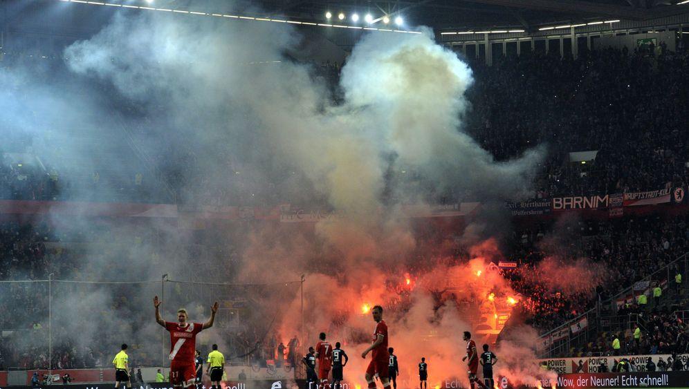 Relegationsspiel Berlin-Düsseldorf: Eilers, Otto und der Platzsturm