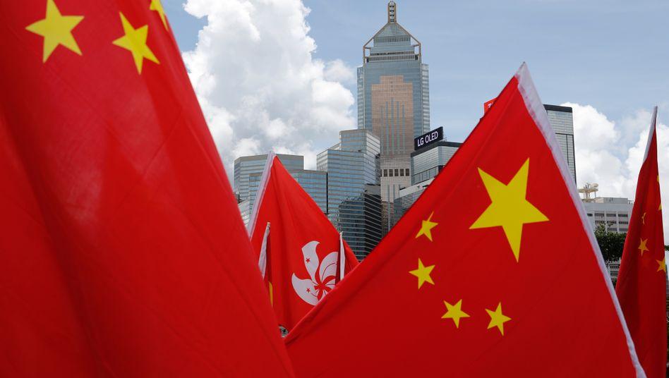 Prochinesische Demonstranten vor der Skyline Hongkongs. Das Sicherheitsgesetz ist stark umstritten