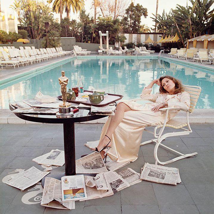 Faye Dunaway am Pool