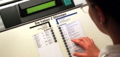 Wahlcomputer (im September 1998 in Köln bei Testlauf): Wahl 2005 bleibt gültig