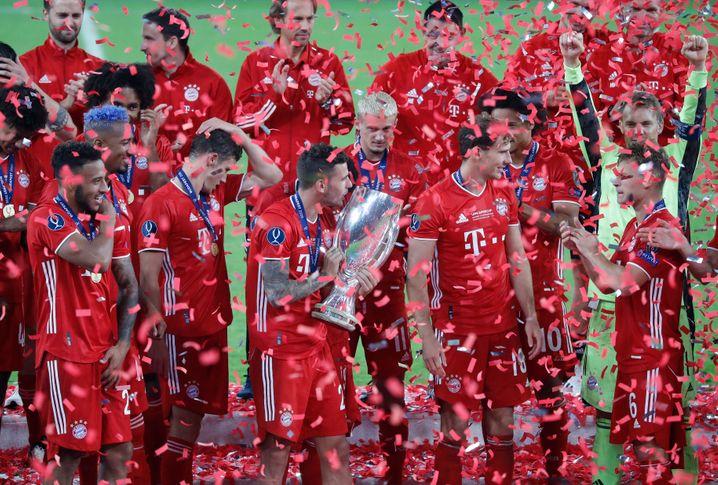Er hat das Ding: Lucas Hernández mit der Supercup-Trophäe