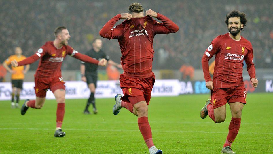Roberto Firmino (M.) bejubelt den Siegtreffer für Liverpool in Wolverhampton