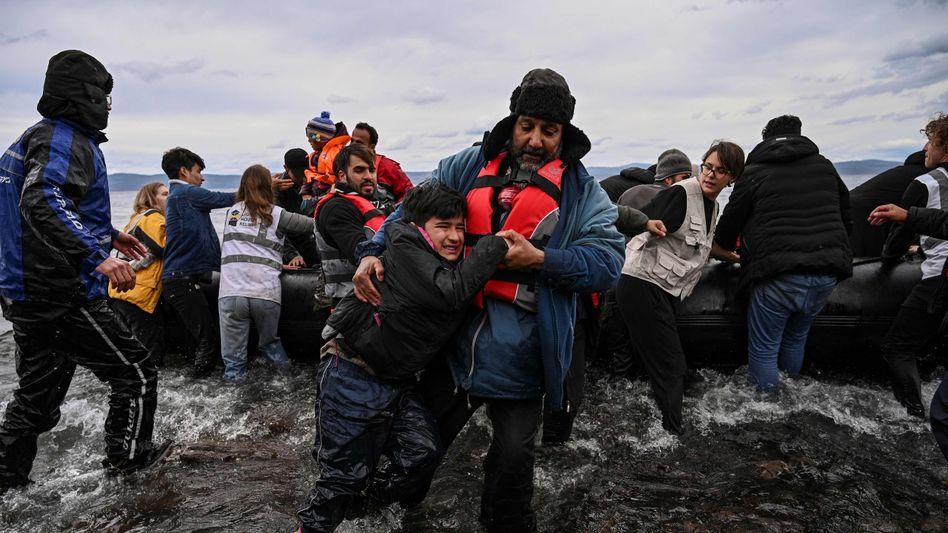 """Flüchtlingsboot an der Küste vor Lesbos: """"Geht zurück in die Türkei"""""""