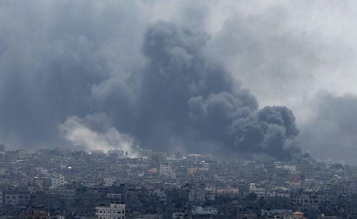 """Rauch über Gazas Osten: """"Überall um uns herum gab es Angriffe"""""""