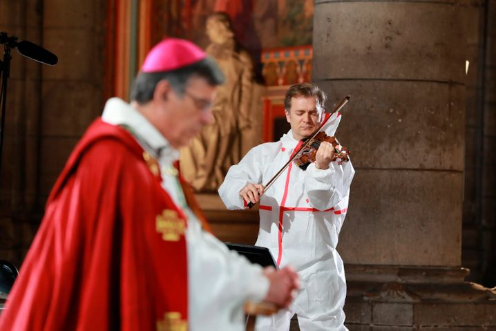 Der Erzbischof von Paris und ein Geiger im Schutzanzug