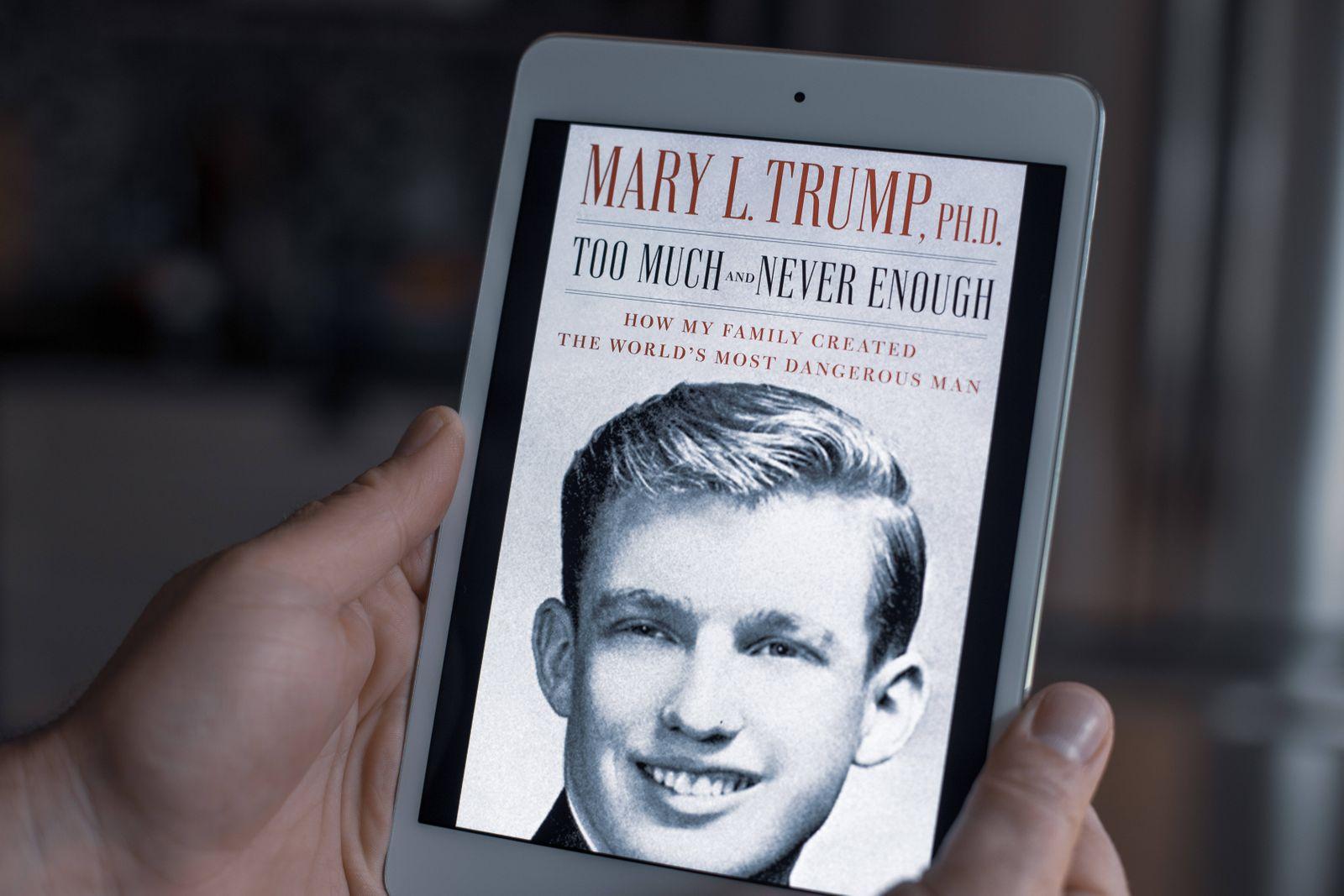 """MARY TRUMP""""!S BOOK ABOUT DONALD TRUMP: TOO MUCH AND NEVER ENOUGH A l ecran d une liseuse, la couverture du livre de Mary"""
