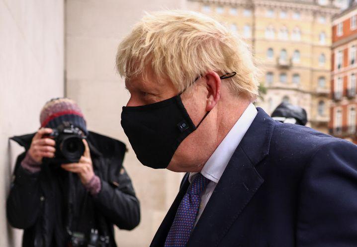 Boris Johnson vor dem Gebäude der BBC