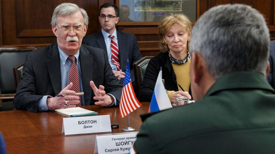 Sicherheitsberater Bolton im Gespräch mit dem russischen Verteidigungsminister Schoigu