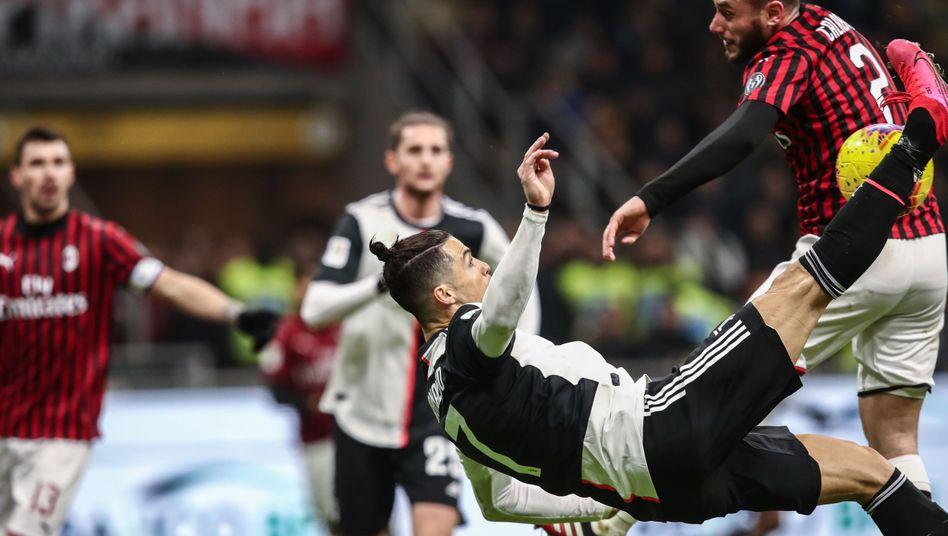 Die Szene, die zum Elfmeter für Juventus führte: Davide Calabria blockt einen Seitfallzieher von Cristiano Ronaldo