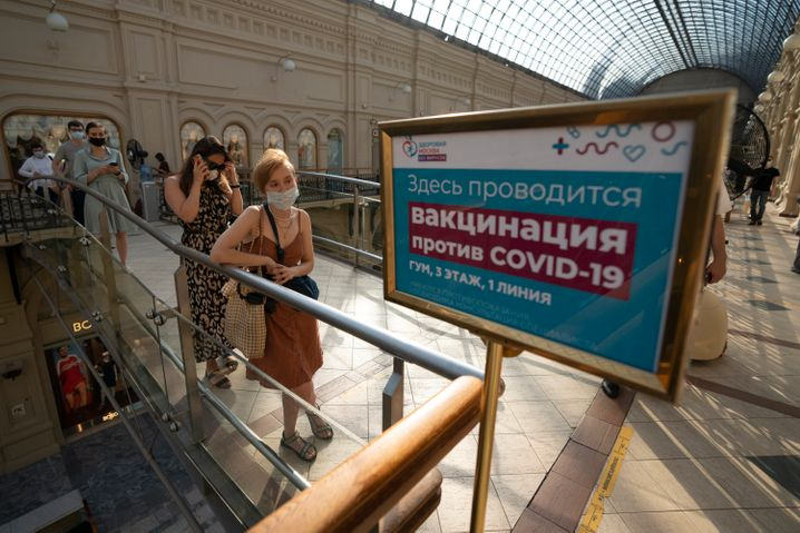 Menschenschlange vor einem Impfzentrum in Moskau