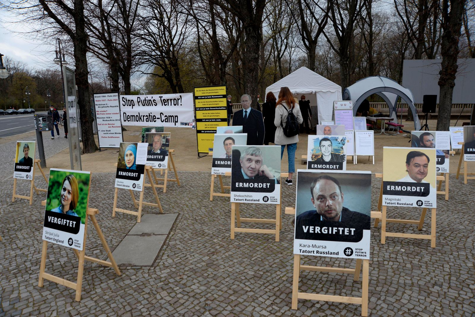 10 . 04 . 2021 , Berlin / Mitte : Protestzeltlager am Brandenburger Tor gegen Kremlchef Wladimir Putin . Die Veranstalte