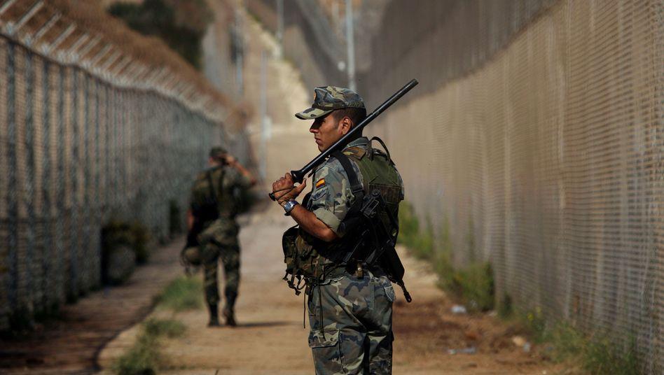 Spanische Sicherheitskräfte an der Grenze zur Exklave Melilla (im Jahr 2005)