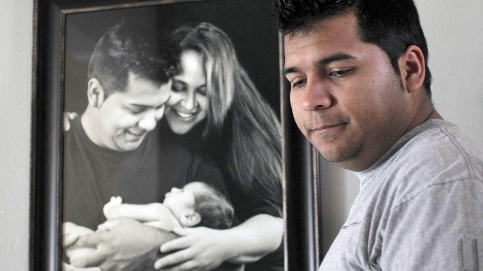 Erick Muñoz vor einem Bild mit seiner Frau: Marlise Munoz durfte am Sonntag sterben