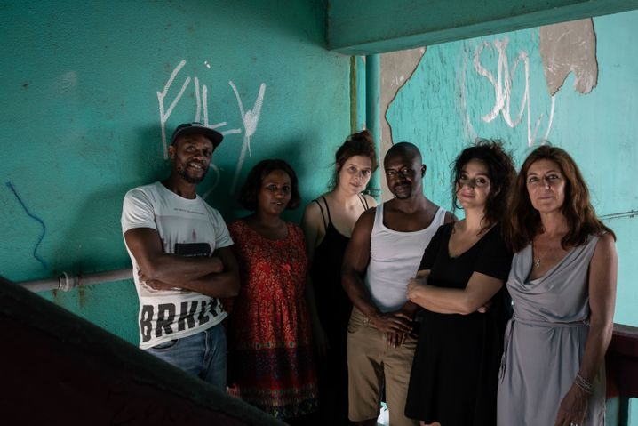Schauspielerinnen und Schauspieler der Casa Conveniente, gemeinsam mit Regisseurin Monica Calle