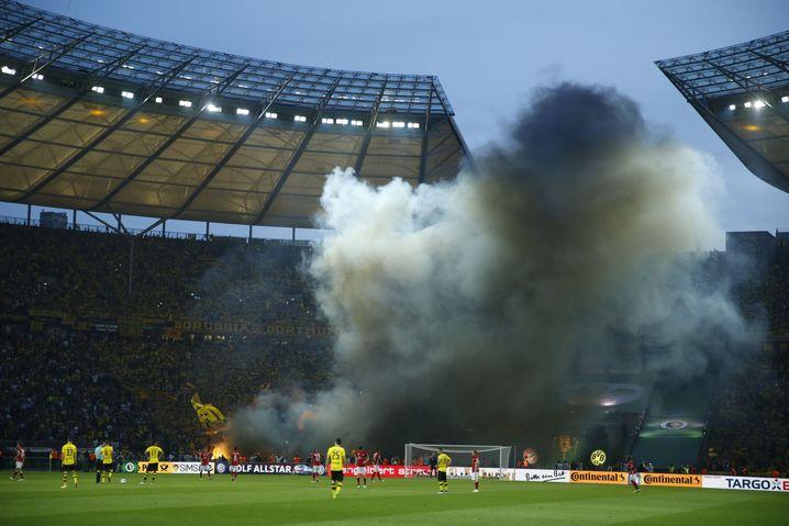 Rauchschwaden, nachdem Dortmunder Fans Pyrotechnik gezündet haben