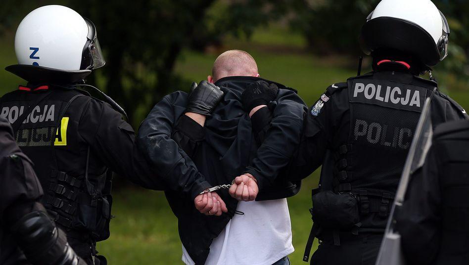 """Polizisten, Hooligan in Warschau: """"Großes Problem mit diesen Idioten"""""""