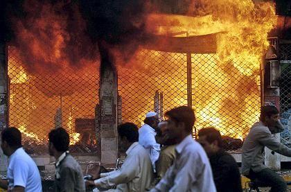 Gewaltsame Proteste in Pakistan (gestern in Lahore): Demonstranten stürmen westliche Geschäfte