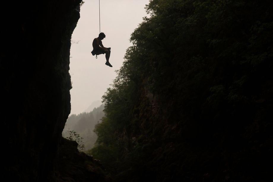 Ein Kletterer beim Abseilen in Griechenland (2021)