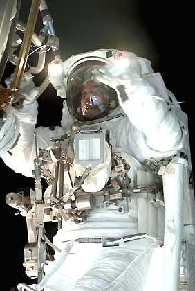 Raumstation ISS: Astronaut Rex Walheim verbindet einige Kabel