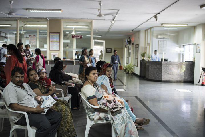 Patienten auf den Fluren des Fernandez Hospital in Hyderabad