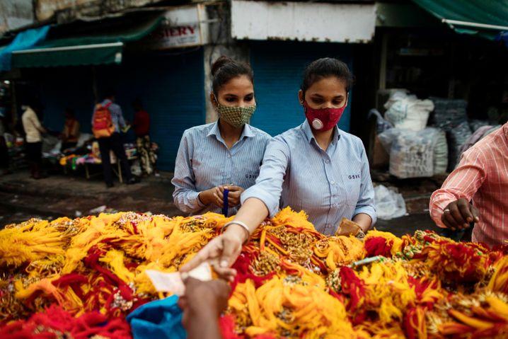 Einkauf auf einem Straßenmarkt in Neu-Delhi: Junge Frauen fühlen sich auf öffentlichen Plätzen oft unsicher