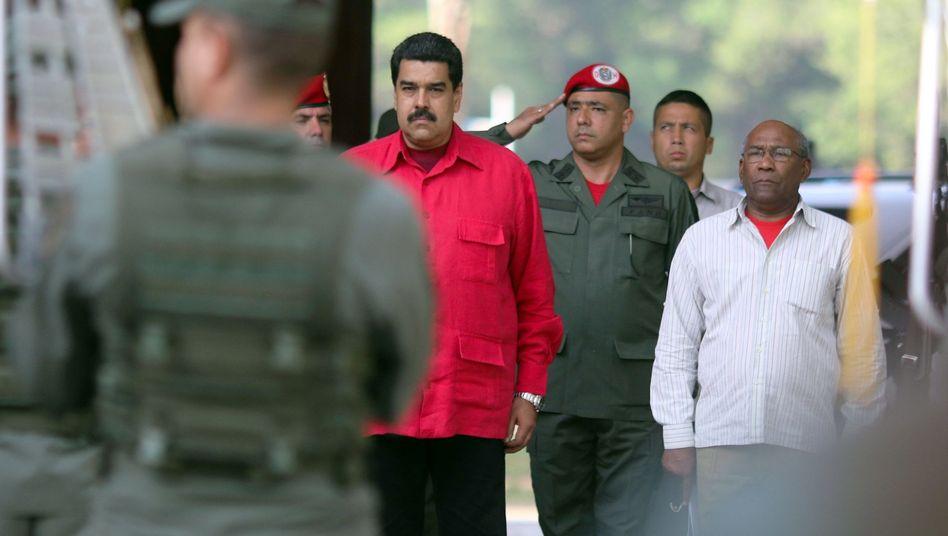Präsident Maduro mit Militärs
