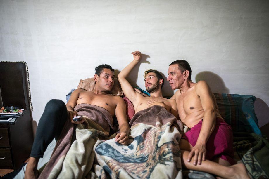 Am Ende des Tages treffen sich die drei in ihrem gemeinsamen Ehebett