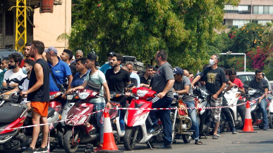 Hoffen auf ein bisschen Treibstoff: Rollerfahrer in einer Tankstellenschlange in Beirut