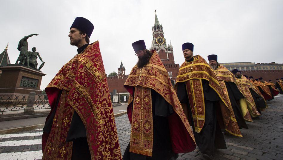Orthodoxe Priester bei Prozession auf dem Roten Platz in Moskau: Kulturelle Wurzeln aus Griechenland