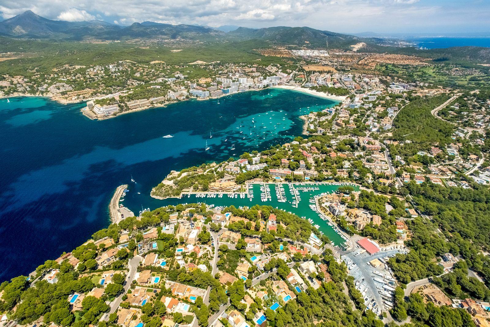 Luftbild, Ortsansicht und Hafen Santa Ponsa, Bucht von Santa Ponsa, Cruz del Descubrimiento, Playa Santa Ponsa, Bergkett
