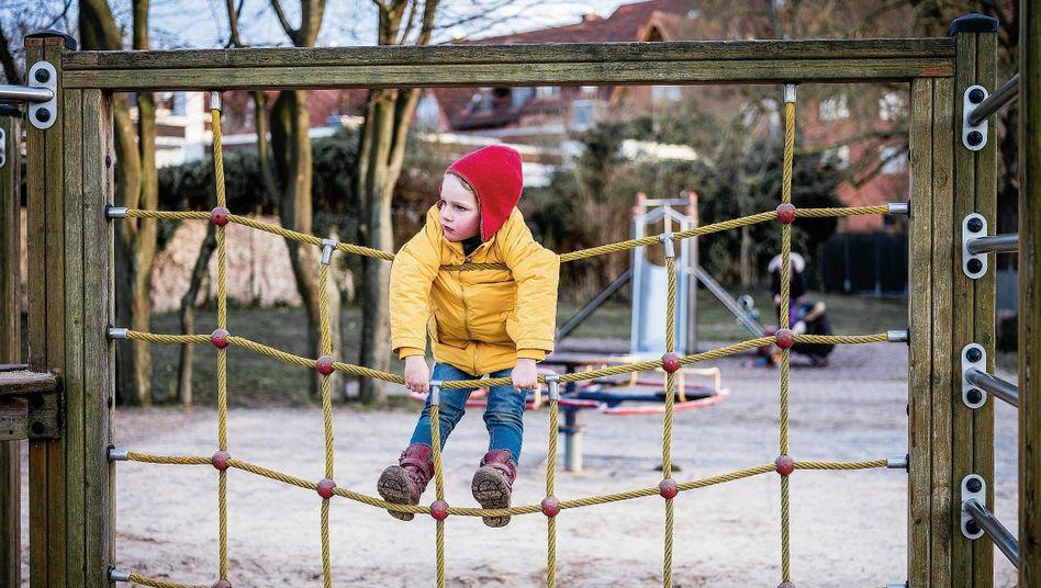 Junge auf einem Kinderspielplatz im niedersächsischen Laatzen im Januar: Drinnen daddeln, statt draußen spielen