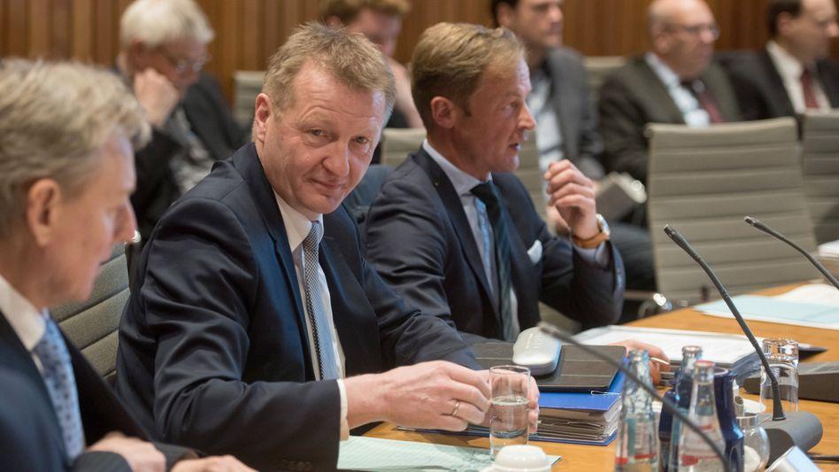 Minister Ralf Jäger im Innenausschuss des NRW-Landtags