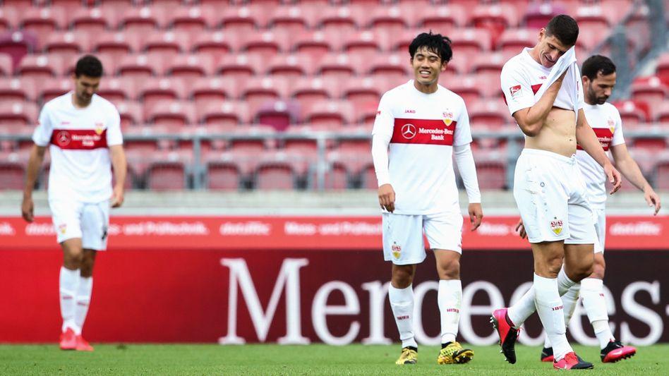 Für Mario Gomez (2.v.r.) und seine Kollegen des VfB Stuttgart bleibt es bei der Niederlage in Wiesbaden