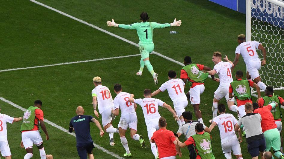 Die Schweiz in Ekstase: Nach Yann Sommers gehaltenem Elfmeter gegen Kylian Mbappé gab es kein Halten mehr