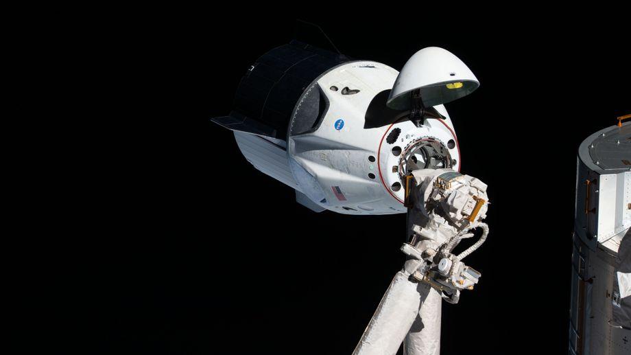 Die »Dragon«-Kapsel dockt an der ISS an, der Internationalen Raumstation.