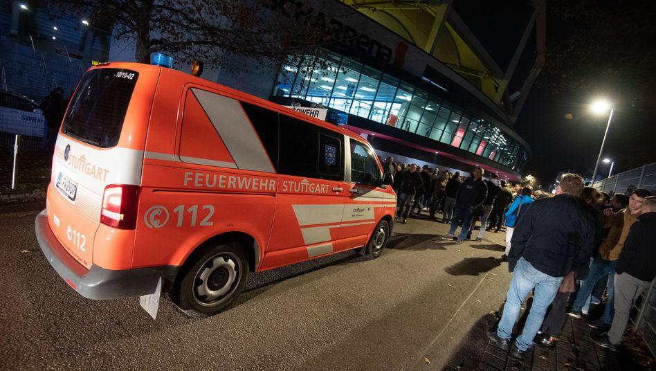 Ein Feuerwehrauto steht vor der Stuttgarter Arena