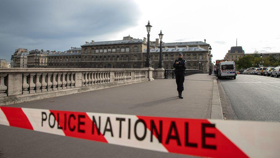 Polizeiabsperrung nahe des Tatorts: Zusammenhang mit einer kriminellen, terroristischen Vereinigung?
