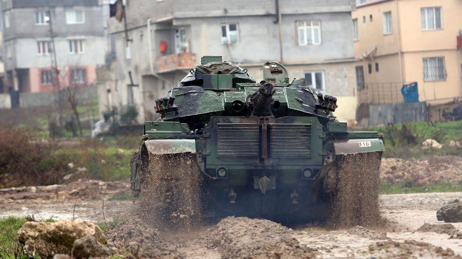 Türkischer Panzer im Grenzgebiet